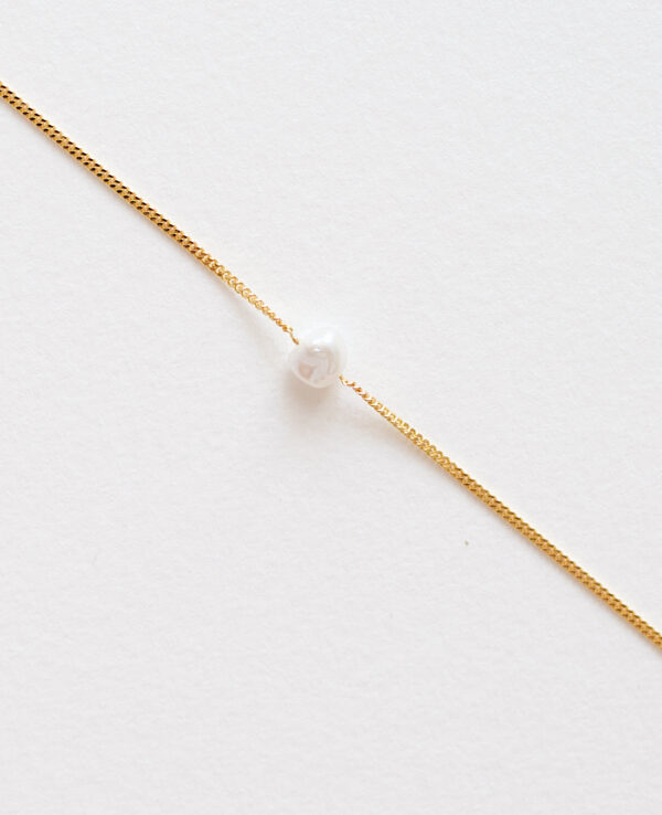 EVERLY CURB PEARL NECKLACE IN GOLD3