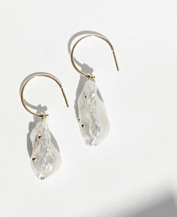 JOURNEE BAROQUE HOOPS IN CULTURED PEARLS AND 14K YELLOW GOLD3